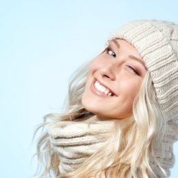 Beste Frisuren unter die Mütze. Wie kämmen Sie sich im Winter?